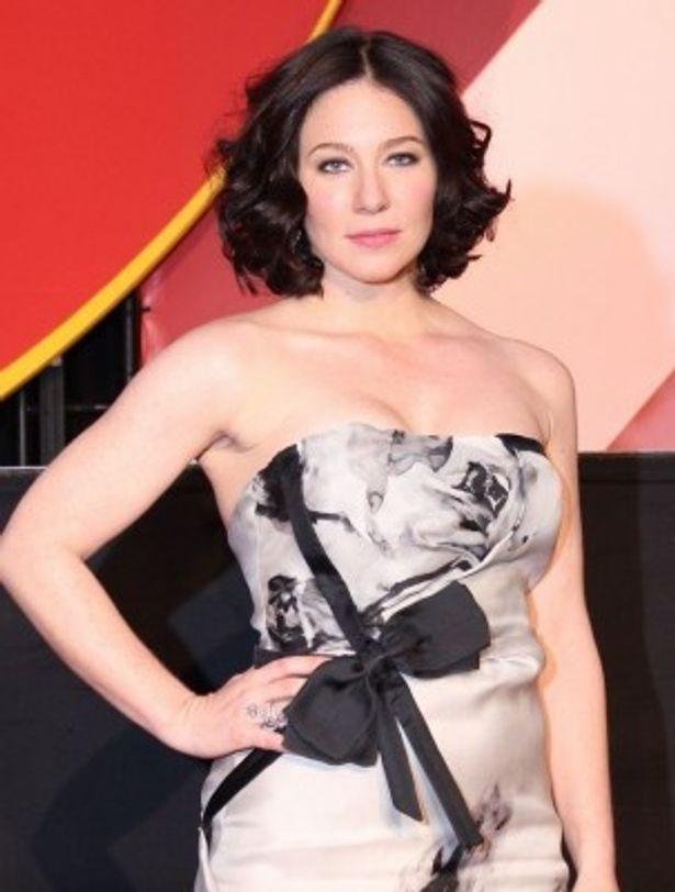 美貌のヒロインを演じたリン・コリンズはセクシーなタイトドレス姿で登場