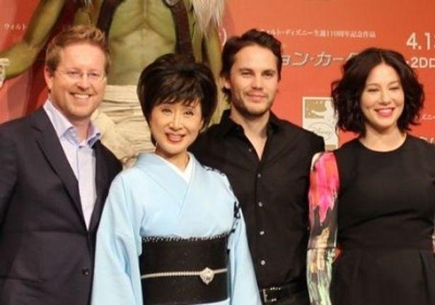 『ジョン・カーター』来日会見に登場したテイラー・キッチュ(中央右)とリン・コリンズ(右)、アンドリュー・スタントン監督(左)と小林幸子(中央左)
