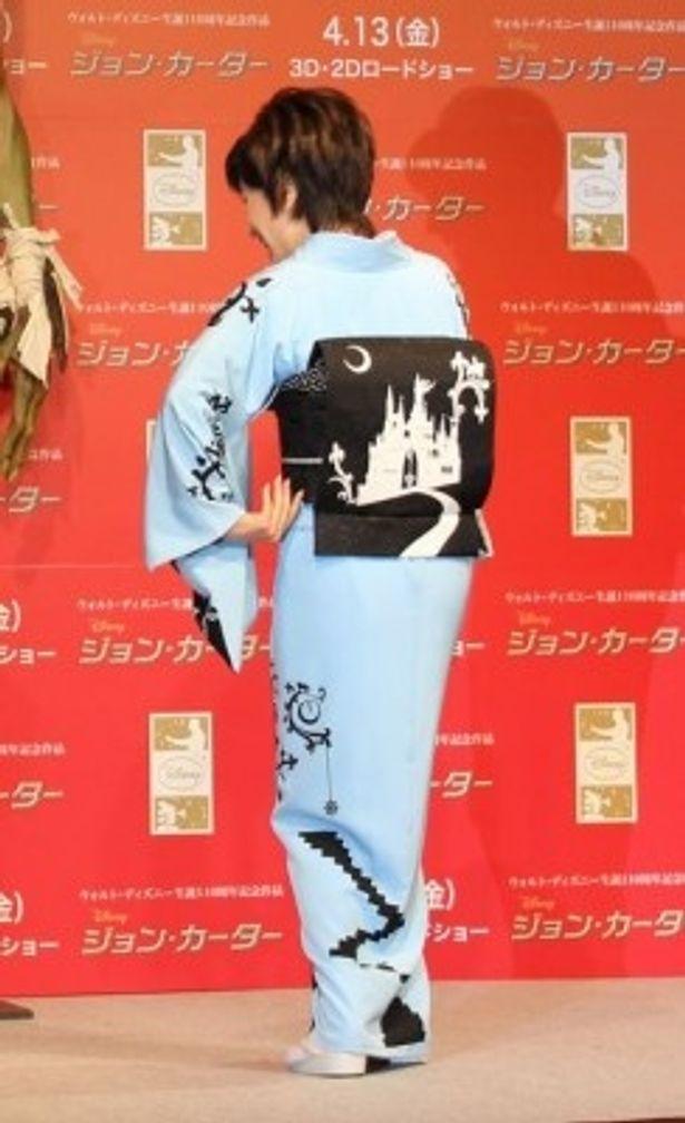 帯にはシンデレラ城が描かれた着物で登場した小林幸子