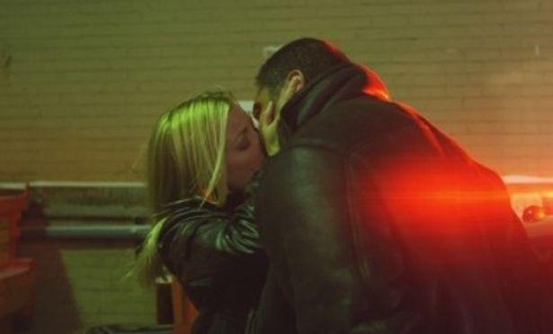 孤独なレイを支える元恋人ジェニーをエイミー・スマートが好演