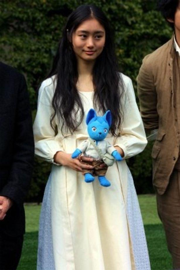 【写真をもっと見る】忽那汐里は、童話から抜け出たような白いドレスで登壇