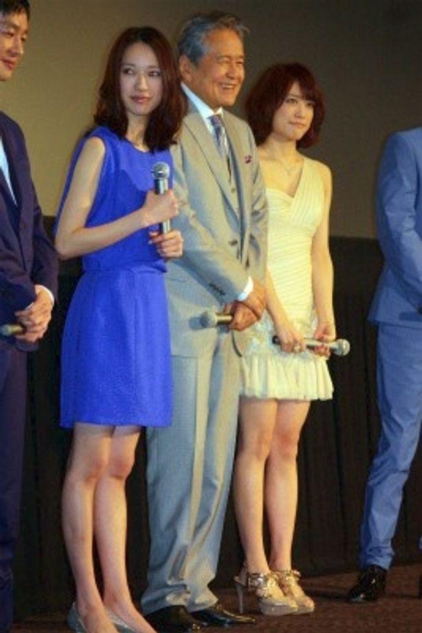 【写真をもっと見る】戸田恵梨香と福田沙紀はミニワンピースで登壇し、美脚を披露した