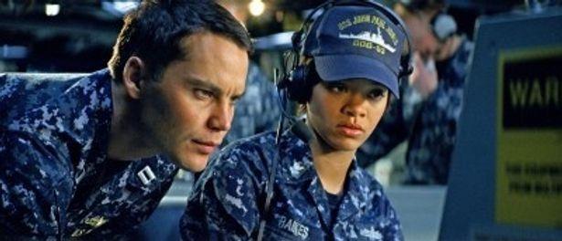 グラミー賞歌手のリアーナは、アレックスの部下の海兵隊員レイクス役を熱演!
