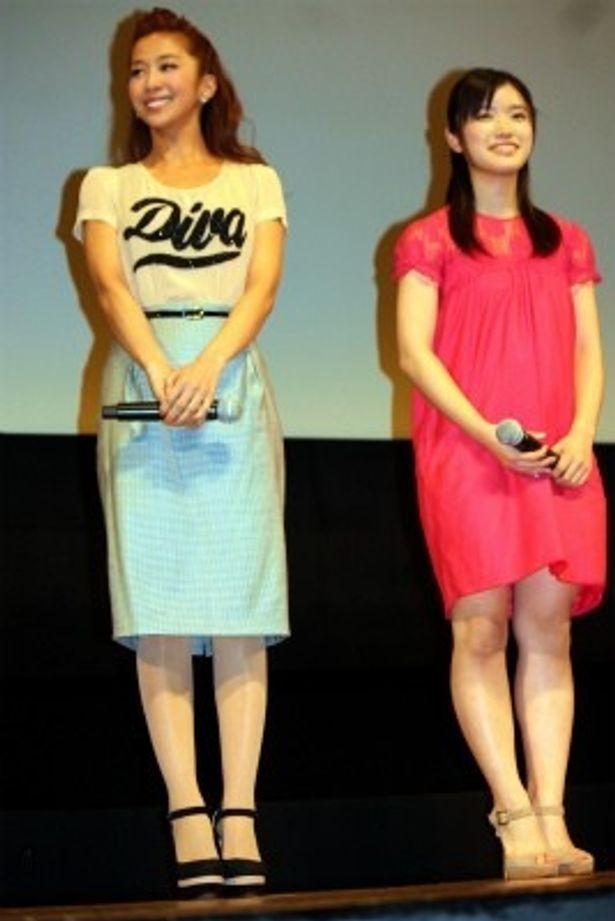 【写真をもっと見る】優香はカジュアルなラメ入りロゴのカット&ソーとスカートで登壇