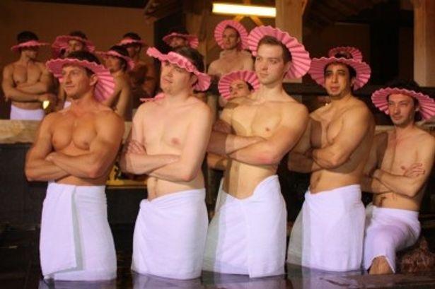 【写真をもっと見る】阿部寛が「ローマの彫像のような肉体」と絶賛した外国人たちの裸体。シャンプーハットがお似合い!?