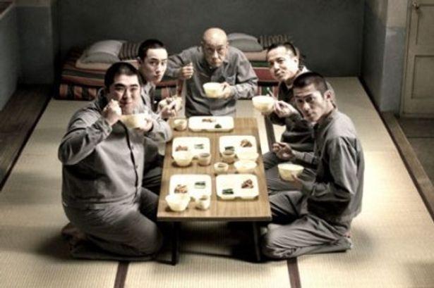 『極道めし』は受刑者たちがおせち料理をかけ、壮絶なめし自慢を始める