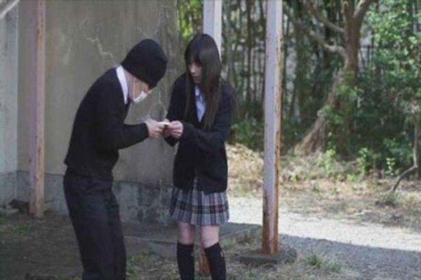 かずおはいじめられていたところを同級生の少女に助けられる