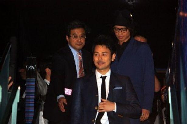 【写真を見る】妻夫木聡と斎藤工らが観客の歓声を浴びながら登場!