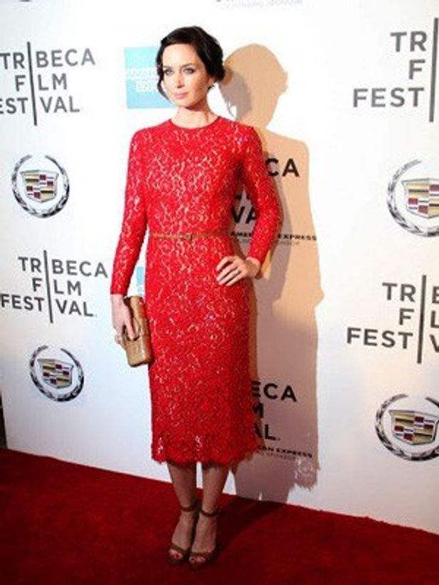 【写真】レッドカーぺットにも負けないビビットな赤いドレスで現れたエミリー・ブラント