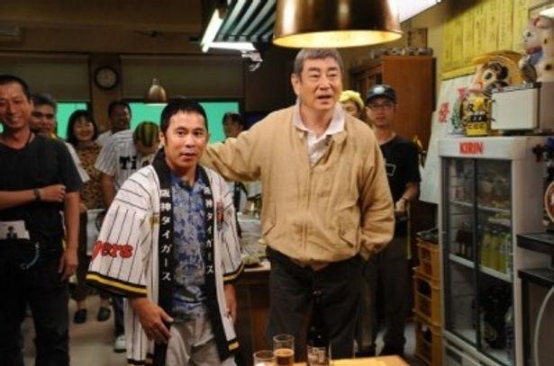 『あなたへ』で共演する岡村隆史と高倉健(右)。岡村は阪神タイガースファンの男役で出演