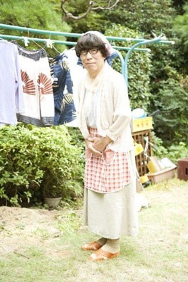 当時御年70歳! 妙に可愛い小林克也の女装姿が拝めるのは『レンタネコ』だけ