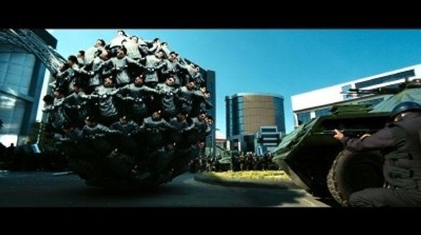 【写真】これが話題のロボットたちによる球状フォーメーション! その圧倒的な面白さは大スクリーンで倍増