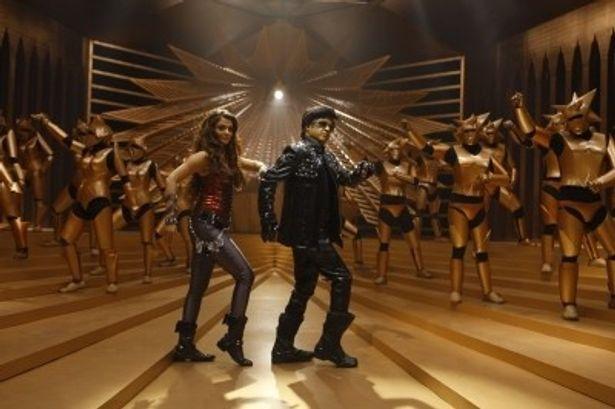 華やかなダンス・シーンはインド映画の真骨頂。ラジニ様の年齢を感じさせないキレのあるダンスに注目を