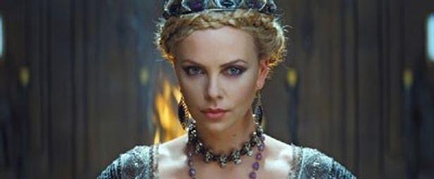 冷酷でいかにも凶悪そうな表情が、シャーリーズ・セロンの美しさを際立たせる
