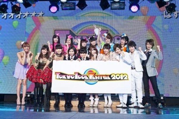ガッツポーズでPRする前列左からアイドリング!!!、さくら学院、SUPER☆GiRLS、風男塾、後列左からぱすぽ☆、Cheeky Parade、YGAの代表者たち