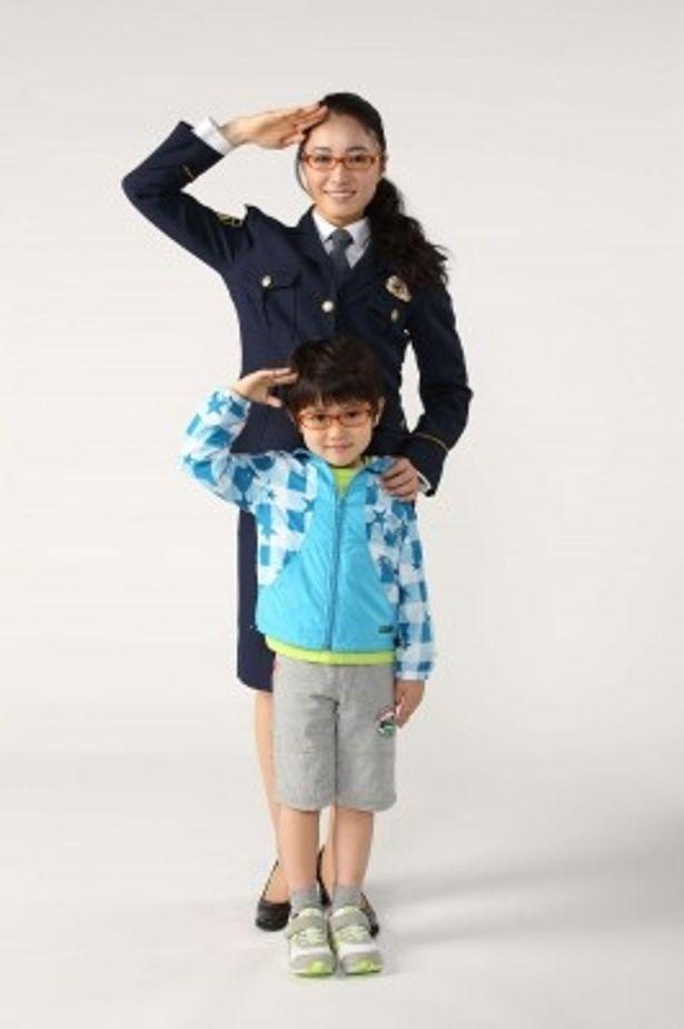 「ゴーストママ捜査線~僕とママの不思議な100日~」で親子役で出演する仲間由紀恵と君野夢真(写真上から)