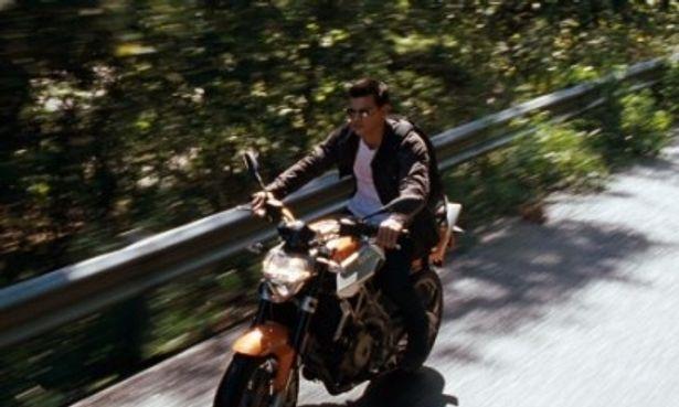バイクで疾走するテイラー・ロートナー