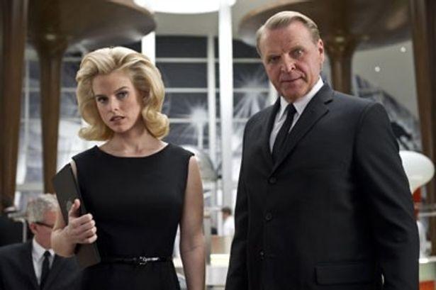 エージェントOを演じるアリス・イヴ。ボリューム感のあるヘアスタイルも似合っている