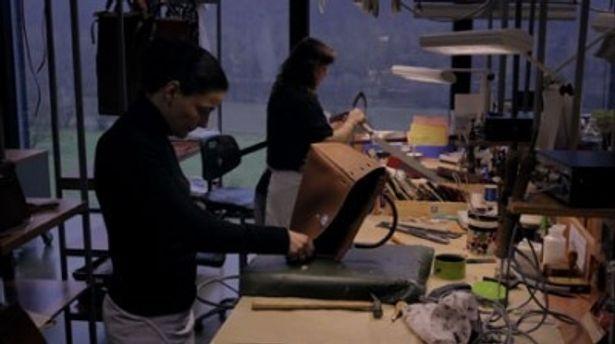 あの高級バッグも手作りで作られている様子が映し出される
