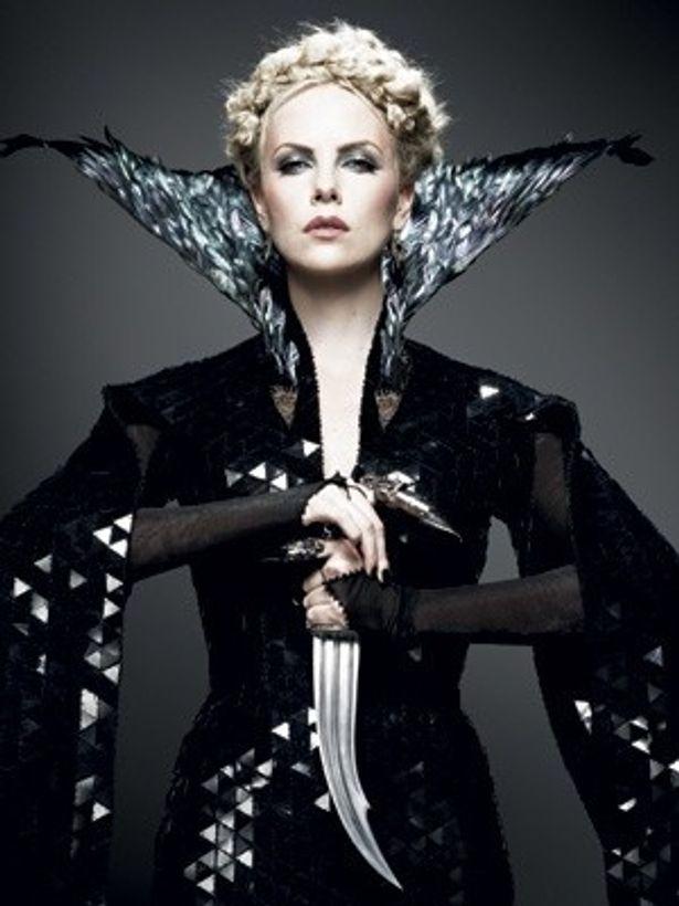 【写真を見る】『スノーホワイト』で悪の女王を演じ、一瞬ではあるがヌードを披露しているシャーリーズ・セロン