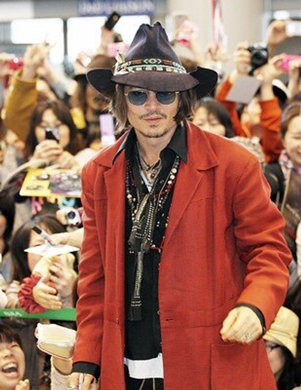 ジョニーは、ザ・ブラック・キーズの演奏にギターとして参加し、会場を沸かせた