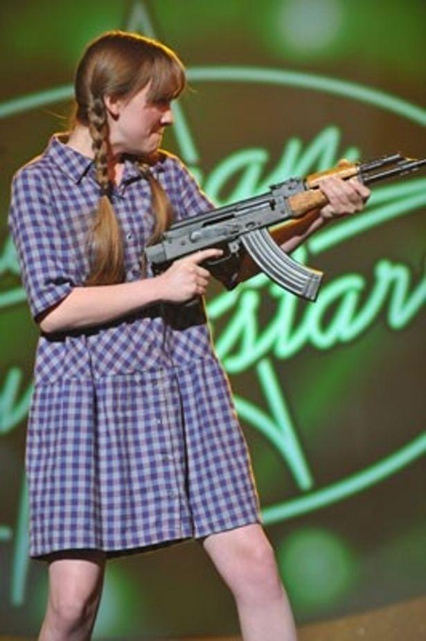 アサルトライフルをぶっ放す三つ編みおさげのタラ。本作で長編デビュー