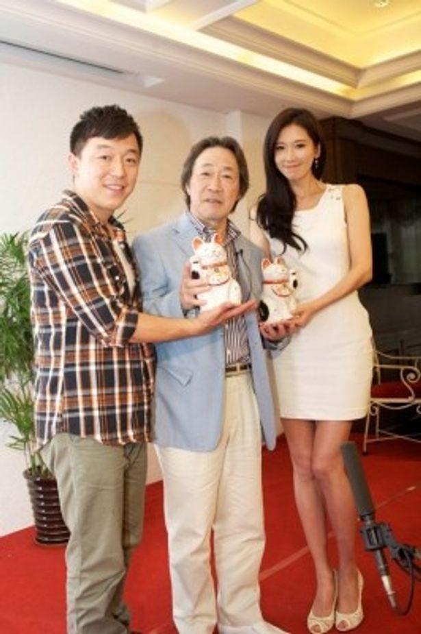 中国版映画「101回目のプロポーズ」に特別出演することになった武田鉄矢。写真左からファン・ボウ、武田、リン・チーリン