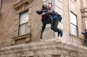 高さ約60mのホテル壁面の縁で撮影をしたサム・ワーシントン、実は高所恐怖症だった!