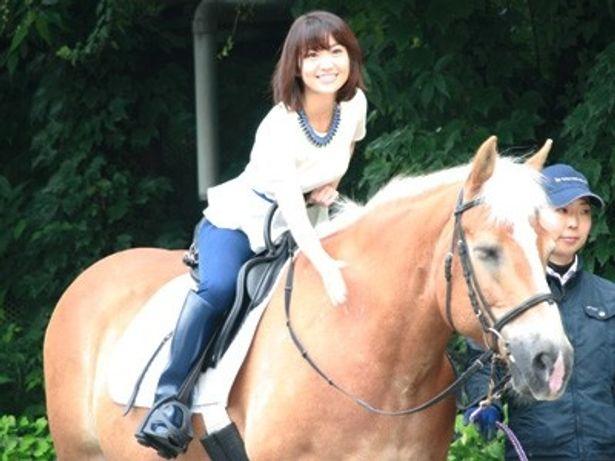 『メリダとおそろしの森』来日記念イベントに、馬に乗り登場した大島優子