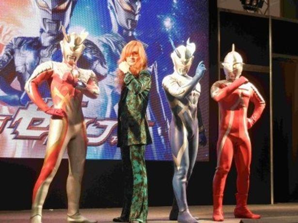 「東京おもちゃショー2012」のプレス発表会に登場した高見沢俊彦、ウルトラセブンら