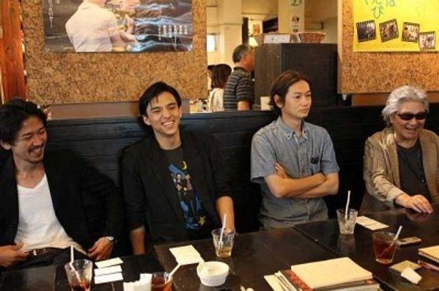 (写真右から)若松孝二監督、井浦新、満島真之介、大西信満