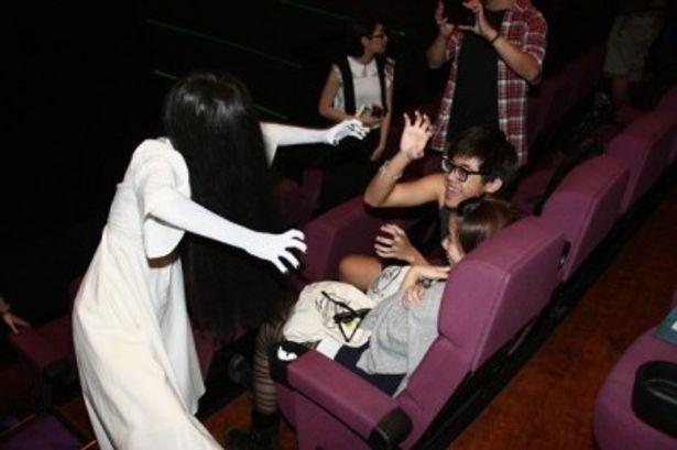 観客を驚かせる貞子