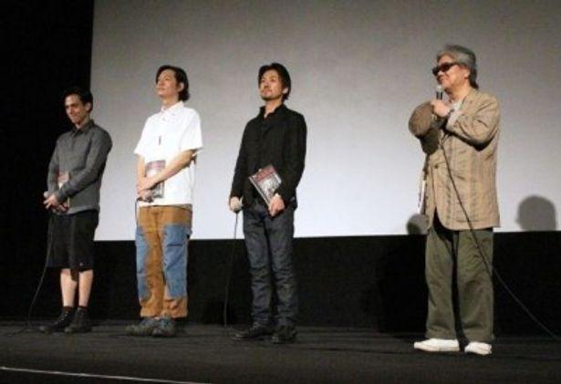 写真右から若松孝二監督、大西信満、井浦新、満島真之介