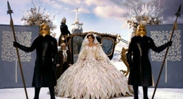 故・石岡瑛子氏が『白雪姫と鏡の女王』の衣装を担当。これが遺作となった