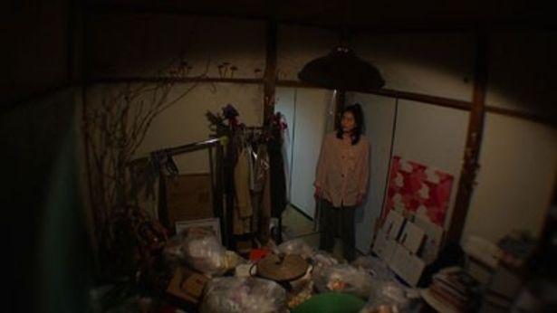 同居女性が住んでいた奥の部屋はゴミ置き場同然で壁からはキノコが