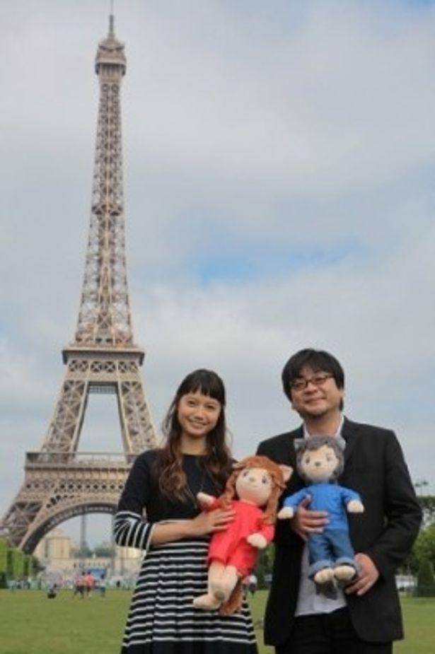 エッフェル塔をバックに。ワールドプレミア出席でパリを訪れた宮崎あおいと細田守監督