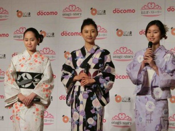 「otogi★story」の完成披露上映会に浴衣で登場した宮崎香蓮、菊川怜、忽那汐里(左から)