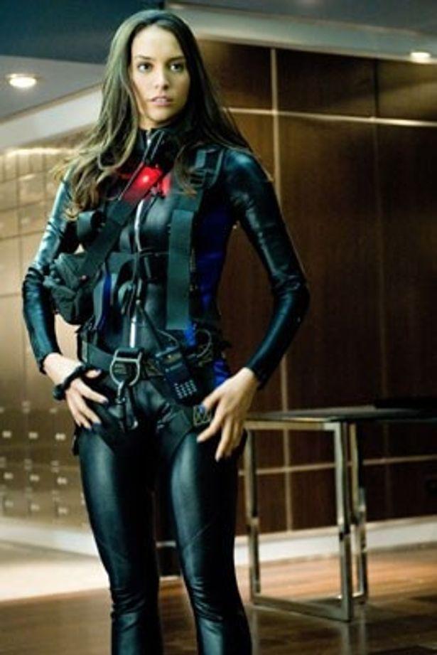 完璧なプロポーションのジェネシス・ロドリゲス。ボディスーツやランジェリー姿を披露!