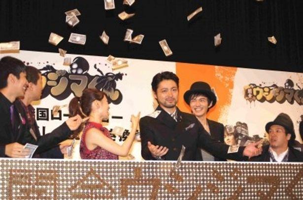 映画「闇金ウシジマくん」完成披露舞台あいさつに登場した出演者たち