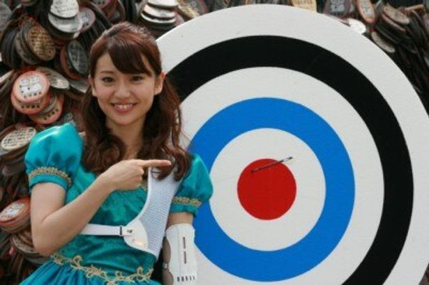 弓矢初挑戦にして、見事的に弓を命中させた大島優子