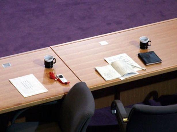 机の上に置かれた小道具もキャラクターの個性が表れている