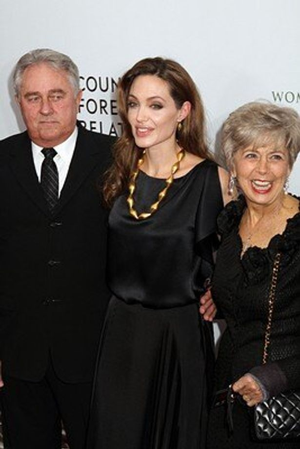 【写真を見る】ブラッド・ピットの母親ジェーンとの確執が強まっているアンジェリーナ・ジョリー