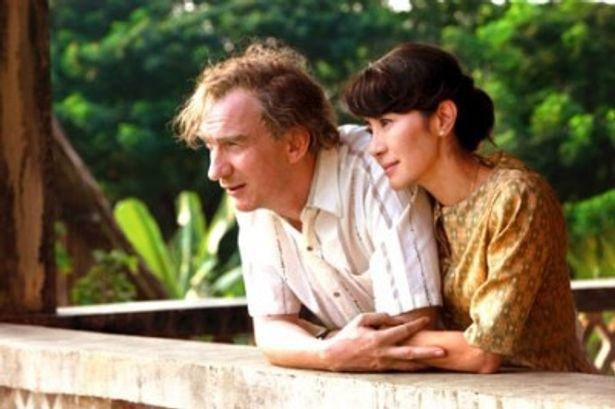彼女の夫を演じるのは名優デヴィッド・シューリス