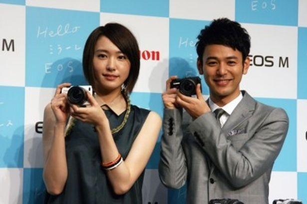 新発売のキヤノンのミラーレスカメラ「EOS M」をPRする妻夫木聡と新垣結衣