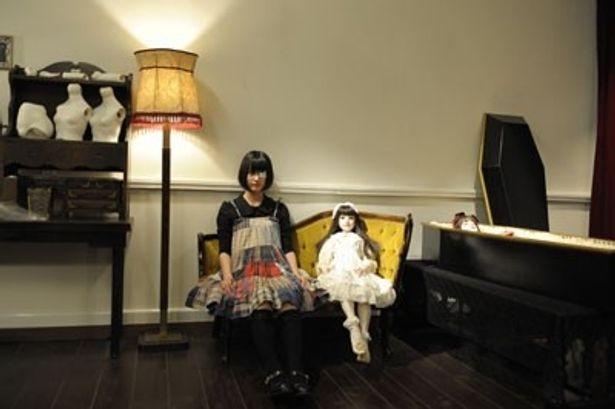 【写真を見る】その他の人形写真はこちら。まるで人形のような橋本愛と並ぶとさらにインパクト大だ