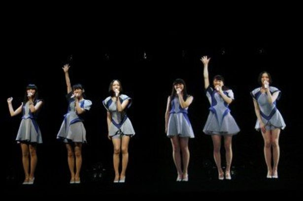 氷結のスペシャルライブを開催したPerfume。左が本物で、右がホログラフィック映像