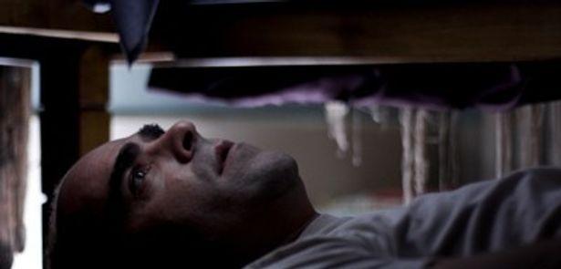 息を殺しベットの下で待つ異常者セサル