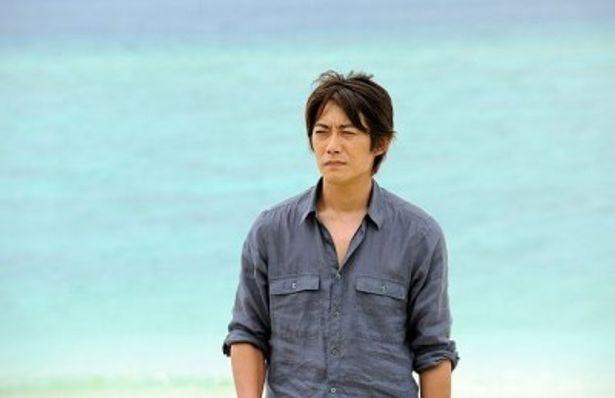 沖縄・瀬底ビーチの青い海をバックにドラマ「東野圭吾ミステリーズ」の撮影に挑む反町隆史