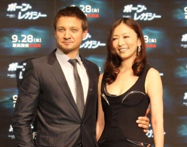 『ボーン・レガシー』完成披露試写会に登壇したジェレミー・レナーと松雪泰子