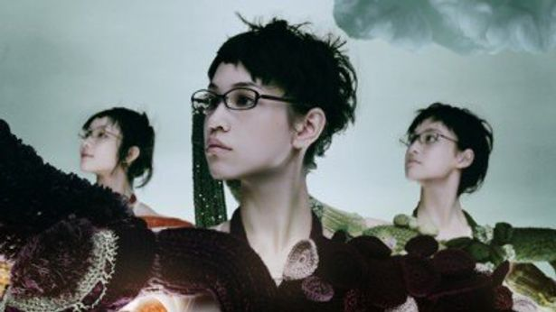 メガネブランド「Zoff(ゾフ)」の新テレビCM「くにゅくにゅ篇」に出演する水原希子(写真中央)
